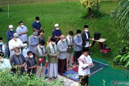 Baswedan performs Eid al-Fitr prayer at home under COVID-19 protocols