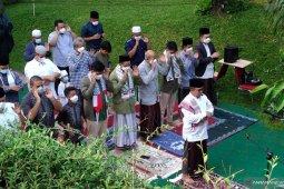 Governor Anies wears Batik sash to demonstrate sympathy for Palestine